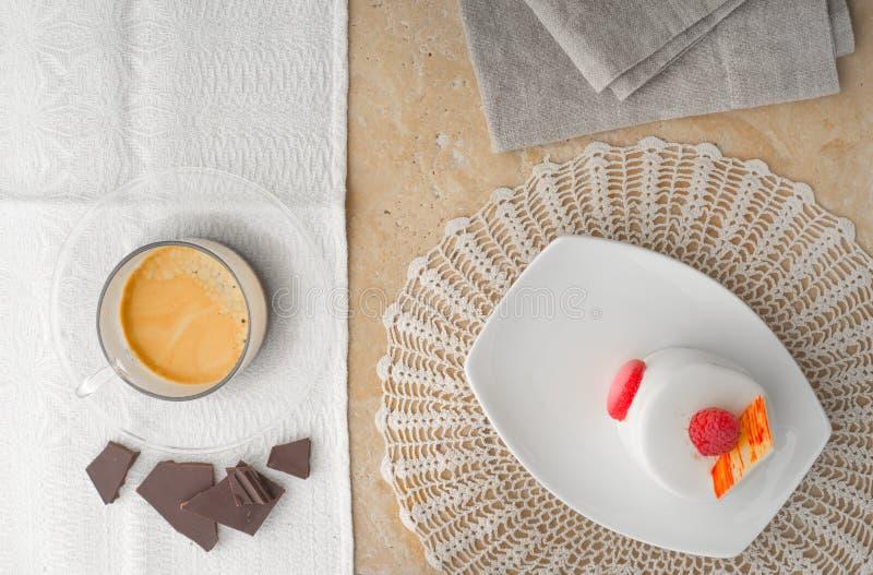 Bolo branco com opinião superior da framboesa, do café e do chocolate fotografia de stock royalty free