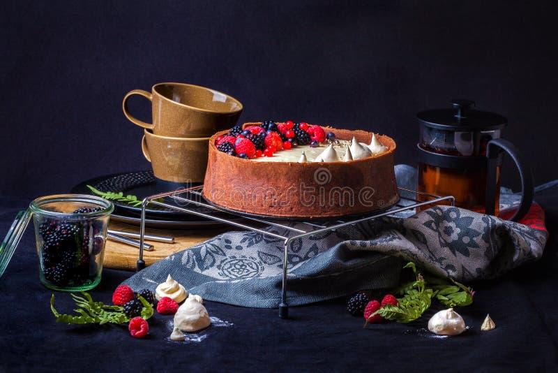 Bolo branco da musse de chocolate em um fundo escuro fotos de stock