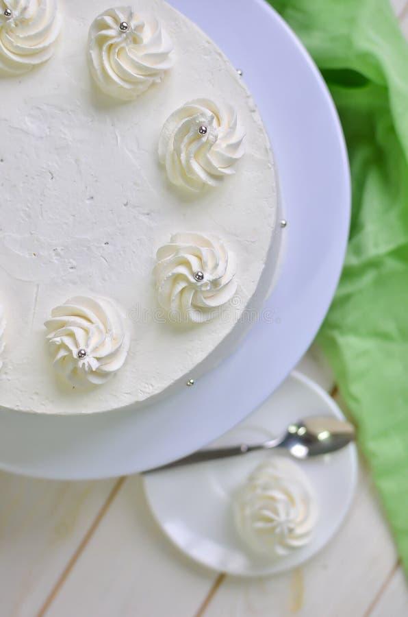 Bolo branco do iogurte fresco do biscoito com creme dos pão-de-espécie imagens de stock
