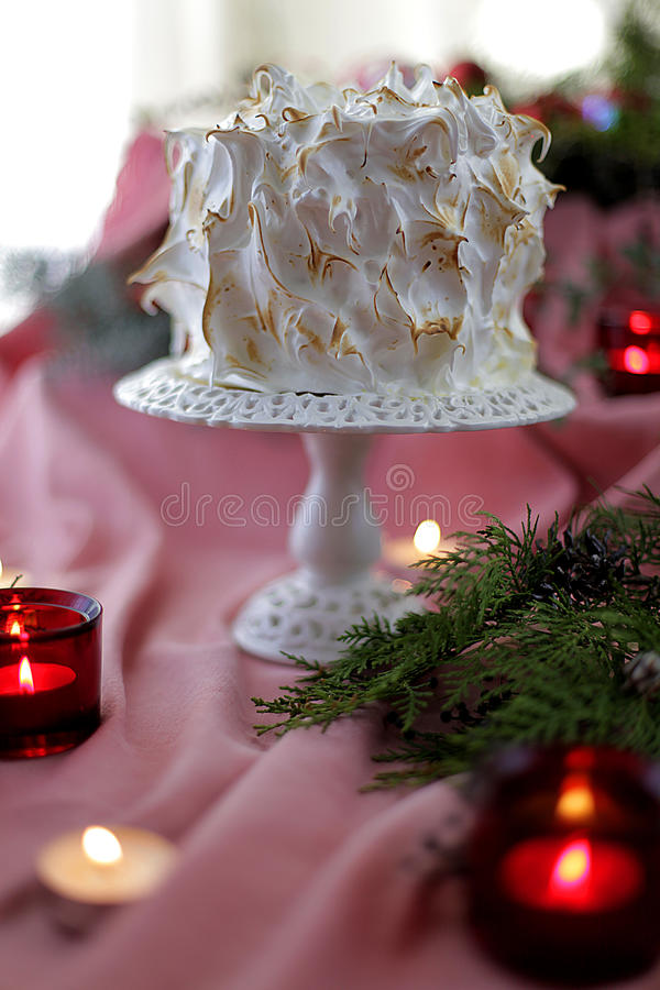 Bolo branco do Natal do meringue no fundo cor-de-rosa foto de stock royalty free