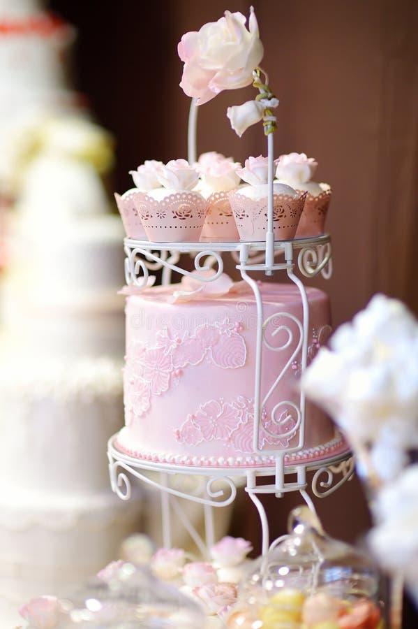 Bolo branco do queque do casamento decorado com flores foto de stock royalty free