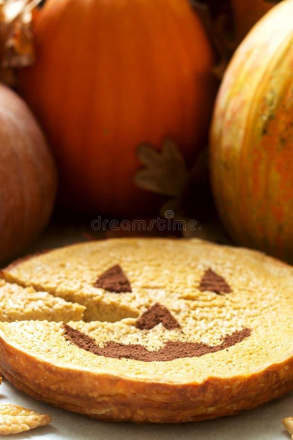 Bolo caseiro da abóbora americana tradicional decorado com cacau em um fundo das abóboras e das folhas de outono imagem de stock royalty free