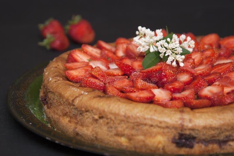Bolo caseiro da galdéria da torta do verão da morango na placa preta Sobremesa fresca do fruto do verão fotografia de stock royalty free