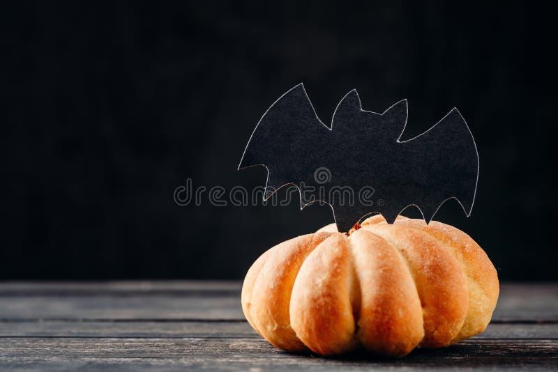 Bolo caseiro do Dia das Bruxas na forma da abóbora no fundo escuro com espaço da cópia Doces de Hallooween imagem de stock