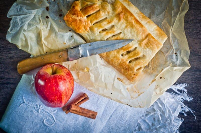 Download Bolo Caseiro Do Strudel Com Maçãs E Canela Foto de Stock - Imagem de handmade, pastry: 80101508