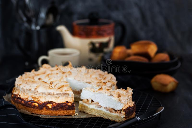 Bolo caseiro fresco da merengue da maçã deliciosa fotos de stock royalty free