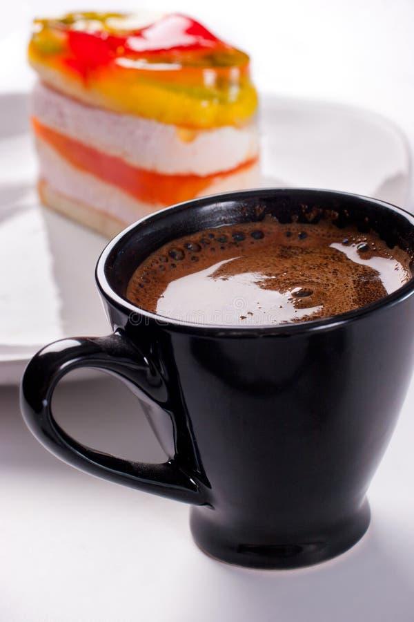 Bolo com copo de café fotos de stock royalty free