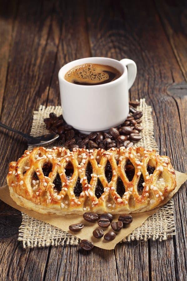 Bolo com doce e café imagens de stock