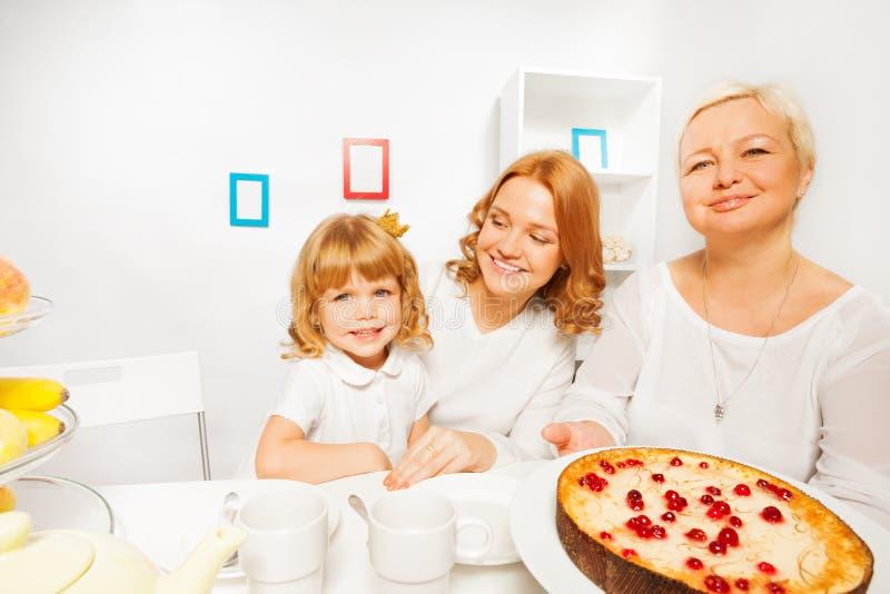 Bolo com mãe e menina da avó foto de stock royalty free