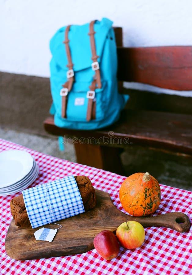 Bolo com maçãs, trouxa da libra do pão da abóbora, piquenique do outono fotografia de stock