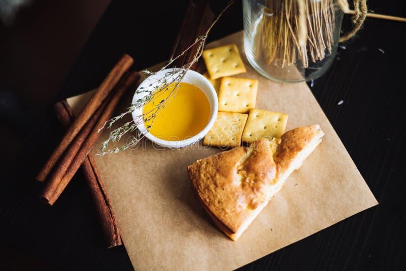 Bolo com mel para o café da manhã fotos de stock