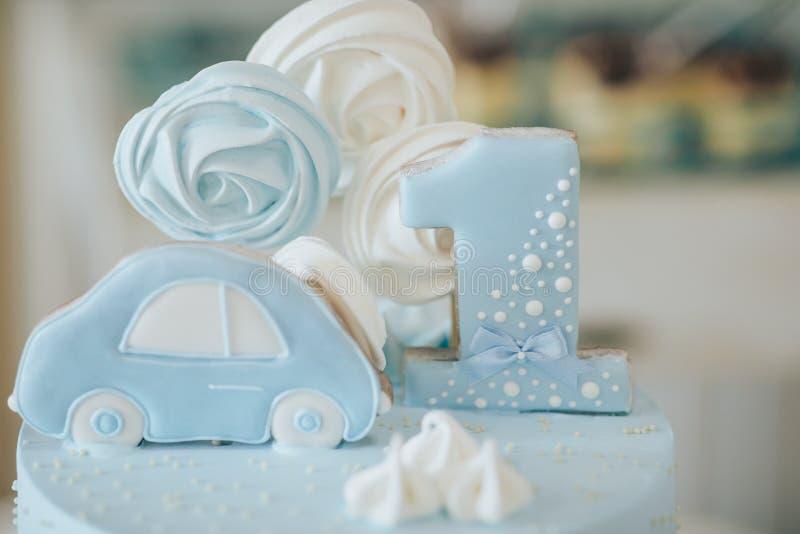 Bolo com um urso pelo primeiro ano Decorações para um bolo sob a forma dos brinquedos para uma criança por um ano foto de stock royalty free