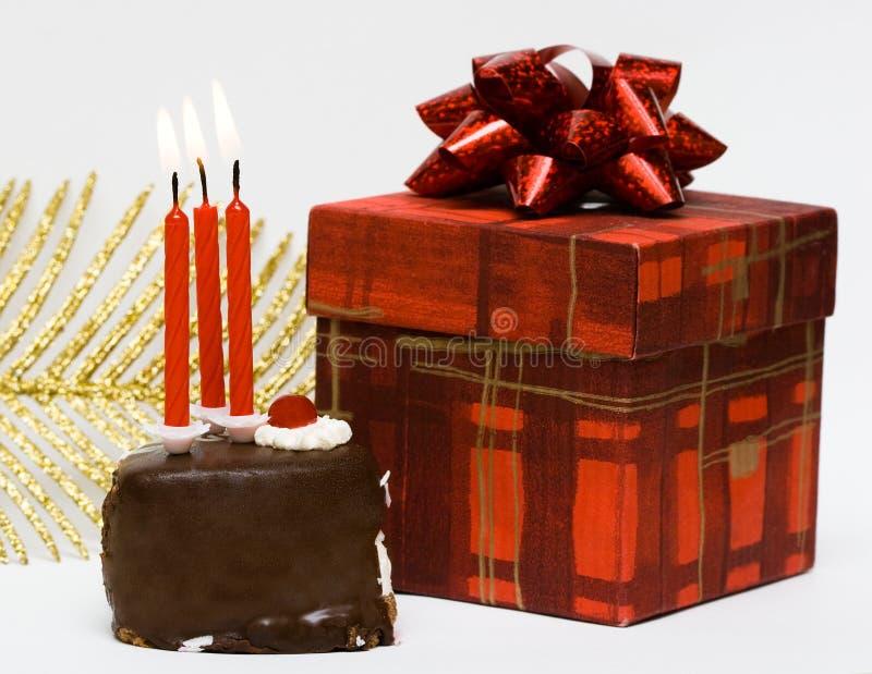 Bolo com velas e presente fotografia de stock royalty free