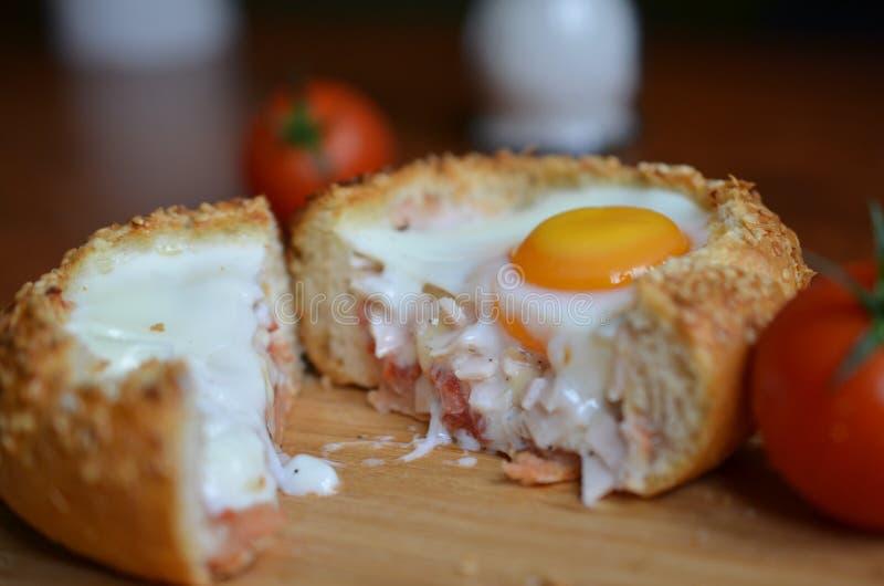 Bolo cozido delicioso do ovo cortado imagens de stock royalty free