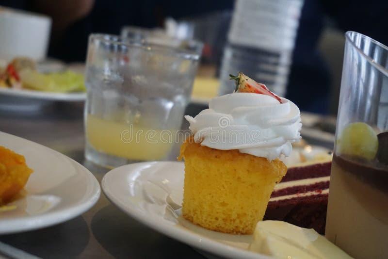 Bolo cremoso delicioso do copo da morango do iogurte foto de stock