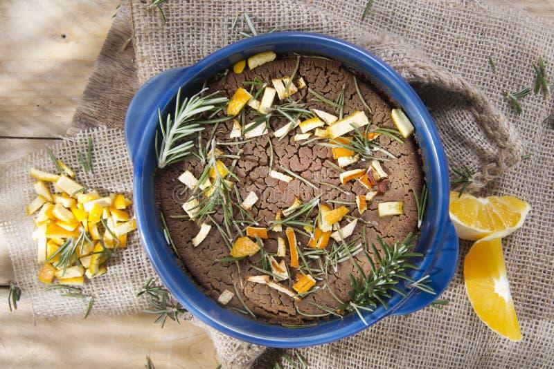 Bolo da farinha da castanha com laranja e alecrins foto de stock royalty free