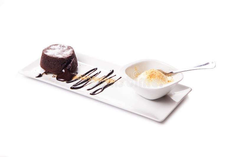 Bolo da lava do chocolate, bolo de chocolate derretido com gelado e decorações, fim acima de um gelado delicioso sobre uma sagaci imagens de stock royalty free