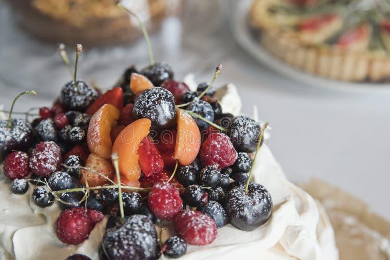 Bolo da merengue com frutos e bagas fotografia de stock royalty free