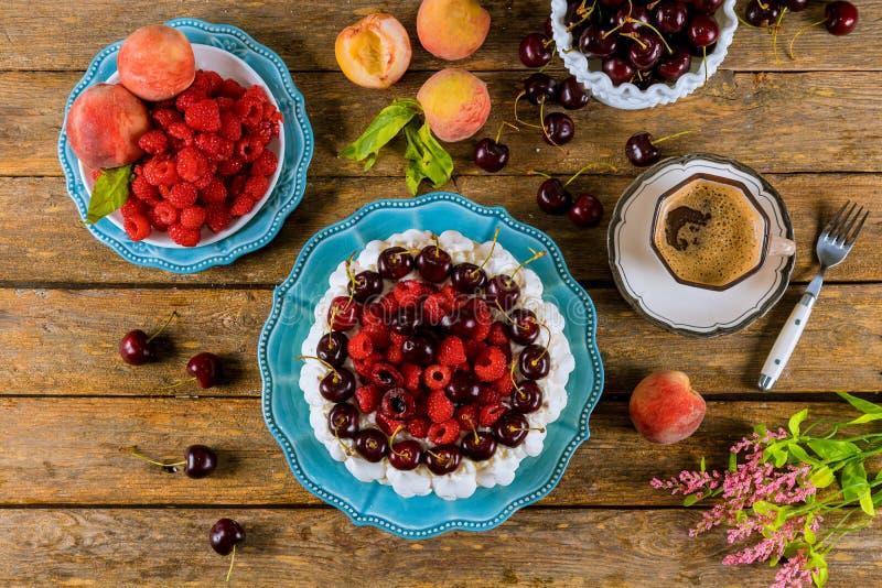 Bolo da merengue de Pavlova com um copo do coffe, vista superior imagem de stock royalty free
