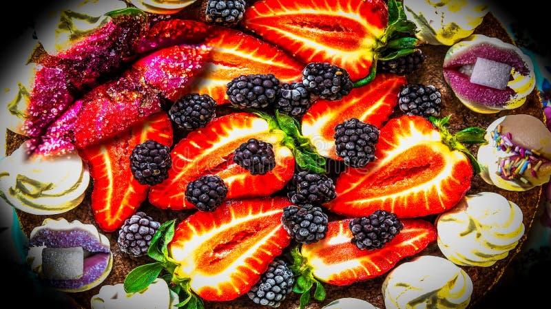 Bolo da morango e bordos coloridos, engraçados do açúcar fotografia de stock