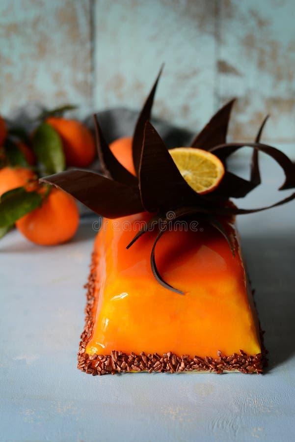 Bolo da musse com creme da baunilha e o esmalte alaranjado do espelho Decoração do chocolate Sobremesa delicada gourmet Parfait d foto de stock
