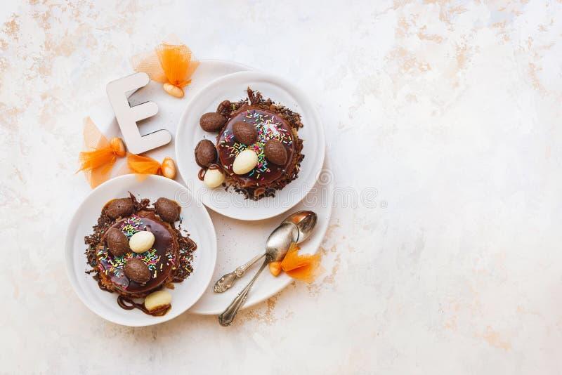 Bolo da Páscoa com esmalte, doces e ovos do chocolate na parte superior foto de stock