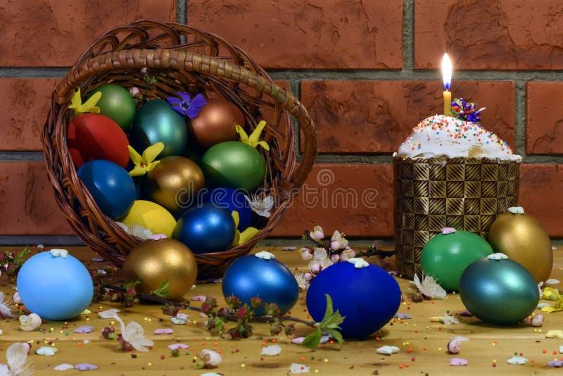 Bolo da Páscoa com ovos da páscoa foto de stock