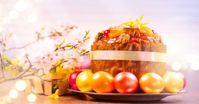 Bolo da Páscoa e ovos pintados coloridos Projeto tradicional da beira do alimento do feriado da Páscoa em um fundo branco Paneton imagens de stock royalty free