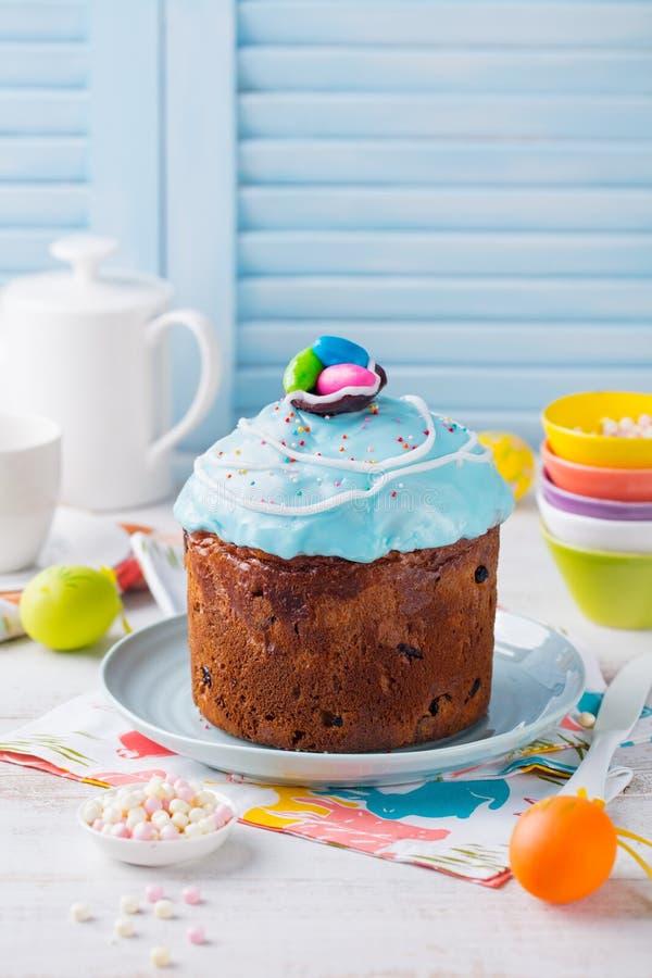 Bolo da P?scoa com ovos coloridos Fundo de madeira branco e azul Copie o espa?o fotografia de stock