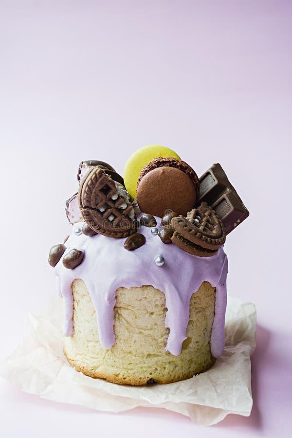 Bolo da P?scoa, da P?scoa decorado com chocolate e bolinhos de am?ndoa Kulich tradicional, p?o da P?scoa Feriado da mola na mem?r foto de stock