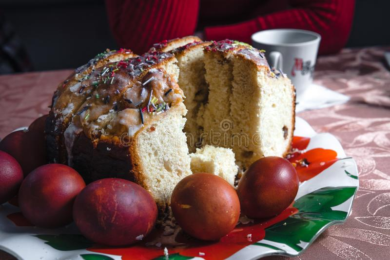 Bolo da P?scoa e ovos pintados na tabela de madeira Composi??o festiva no estilo r?stico, primavera Configura??o lisa, fundo da v fotos de stock