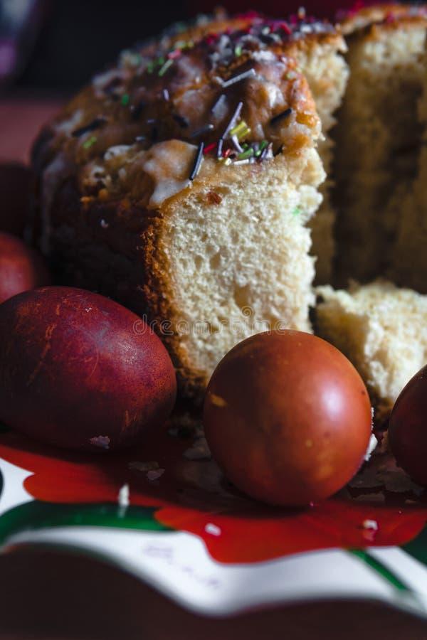 Bolo da P?scoa e ovos pintados na tabela de madeira Composi??o festiva no estilo r?stico, primavera Configura??o lisa, fundo da v fotografia de stock royalty free