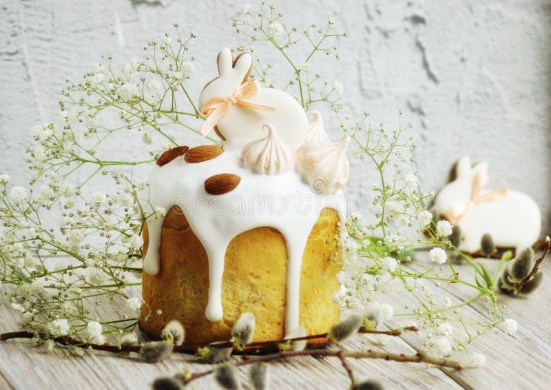 Bolo da P?scoa sob a forma de um coelho em uma tabela, em uma tabela decorada com coelhos e em flores do gypsophila, formato hori imagens de stock royalty free