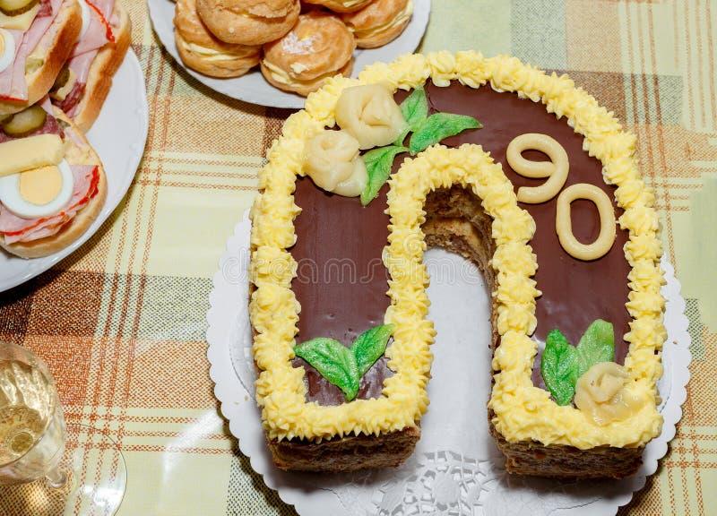 Bolo de aniversário caseiro para o aniversário noventa imagem de stock royalty free