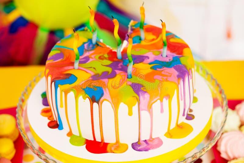 Bolo de aniversário colorido foto de stock royalty free