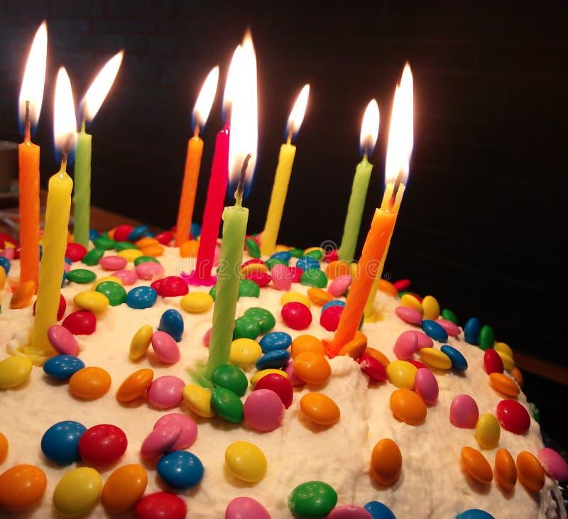 Bolo de aniversário colorido imagem de stock