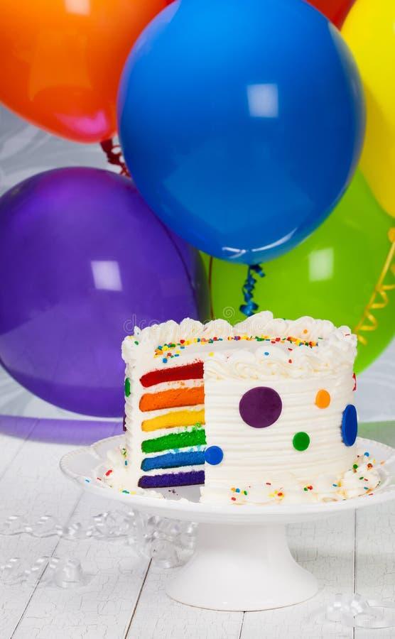 Bolo de aniversário com balões foto de stock