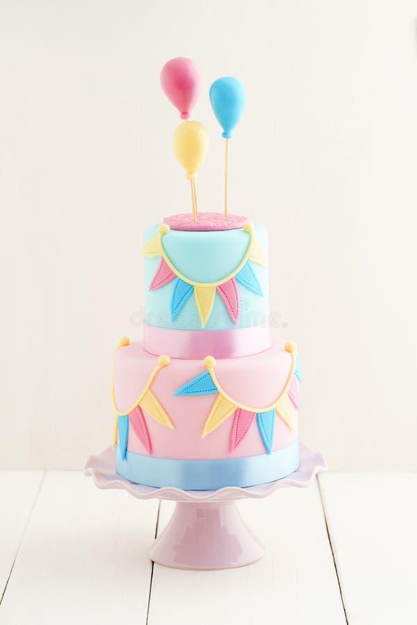 Bolo de aniversário com balões foto de stock royalty free