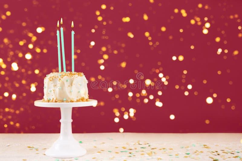 Bolo de aniversário com cartão das velas Conceito da celebra??o da festa de anos imagem de stock royalty free