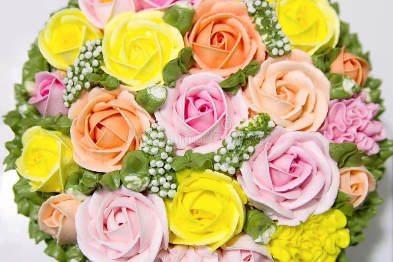 Bolo de aniversário com flores fotos de stock royalty free