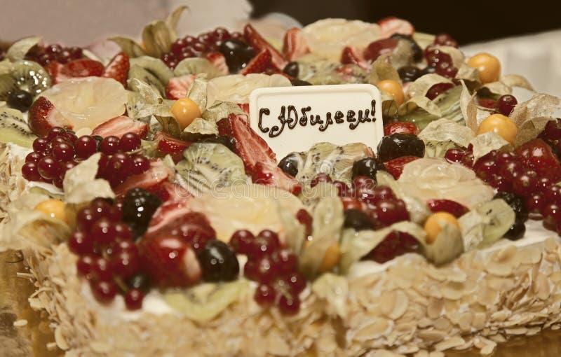 Bolo de aniversário com fruto para o aniversário imagens de stock royalty free
