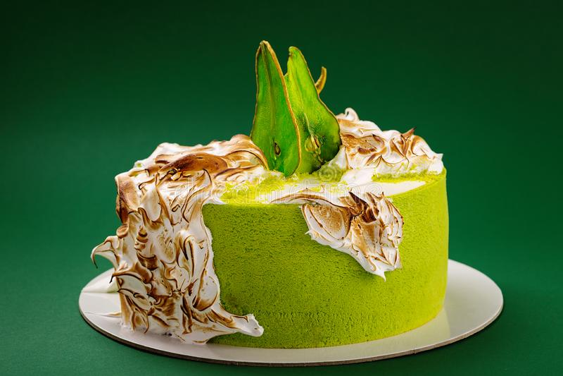 Bolo de aniversário com merengue queimada e fatias coloridas da pera na GR foto de stock royalty free
