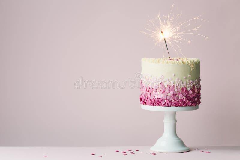 Bolo de aniversário com sparkler foto de stock royalty free
