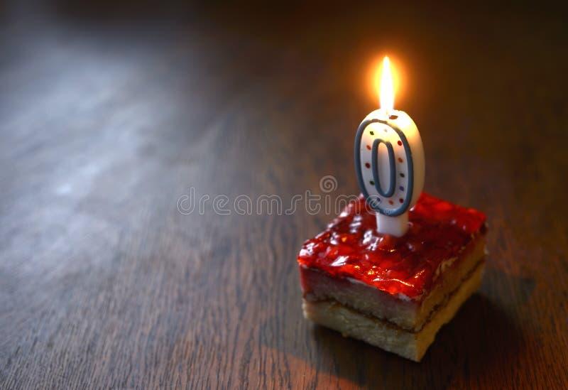 Bolo de aniversário com vela dada forma zero de queimadura imagens de stock
