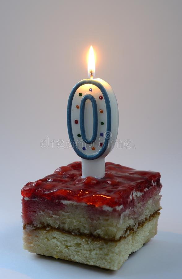 Bolo de aniversário com vela dada forma zero de queimadura foto de stock royalty free