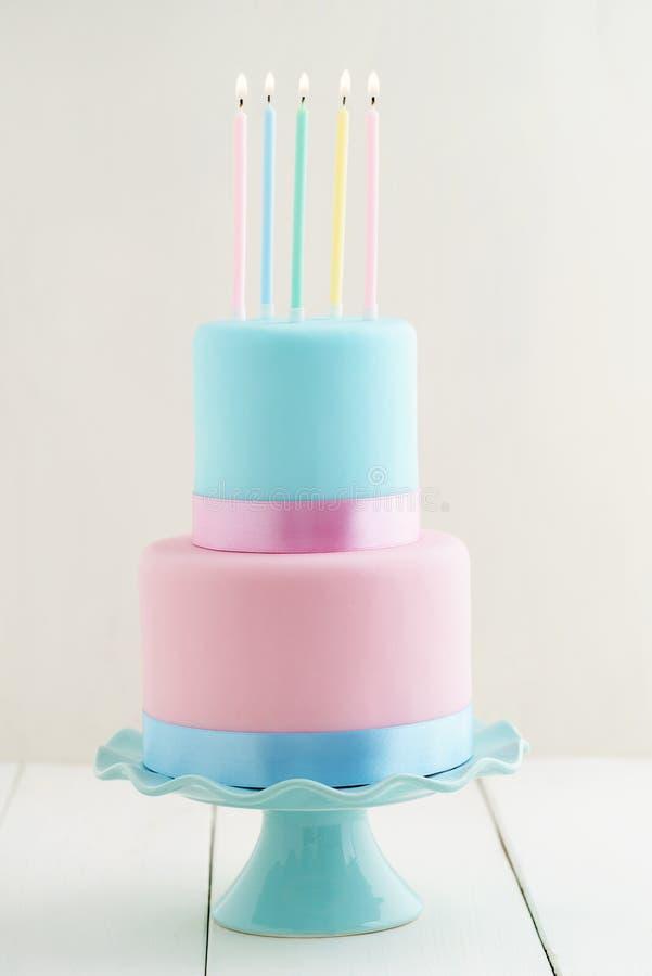 Bolo de aniversário com velas foto de stock royalty free