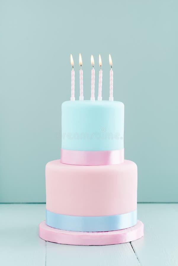 Bolo de aniversário com velas fotografia de stock