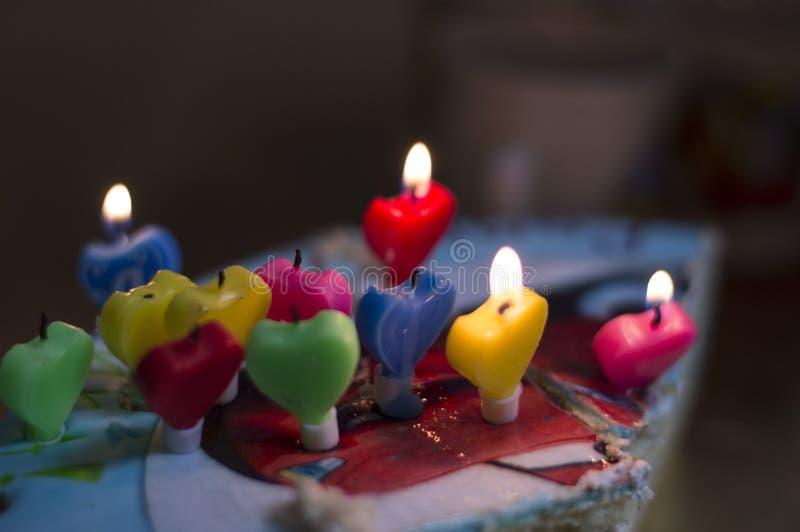 Bolo de aniversário com velas fotos de stock