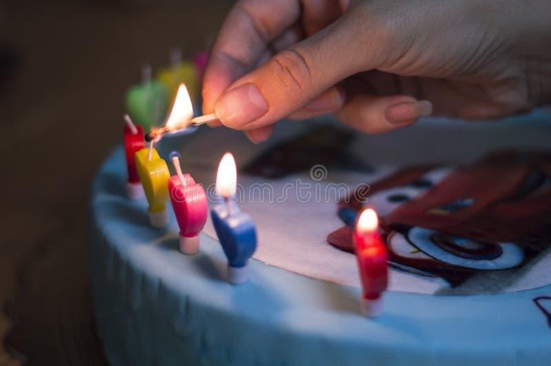 Bolo de aniversário com velas imagem de stock