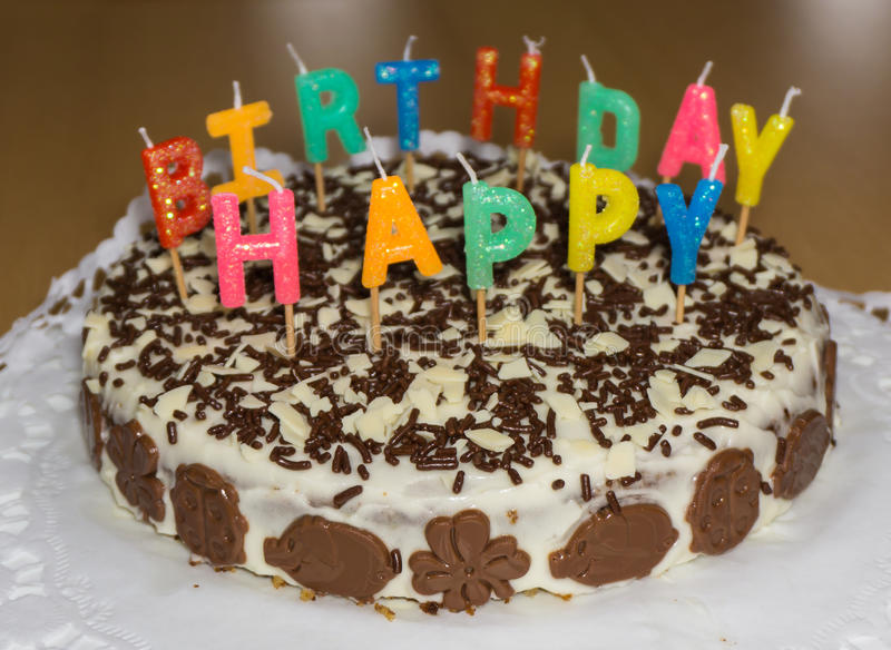 Bolo de aniversário com velas Alimento do feliz aniversario foto de stock royalty free